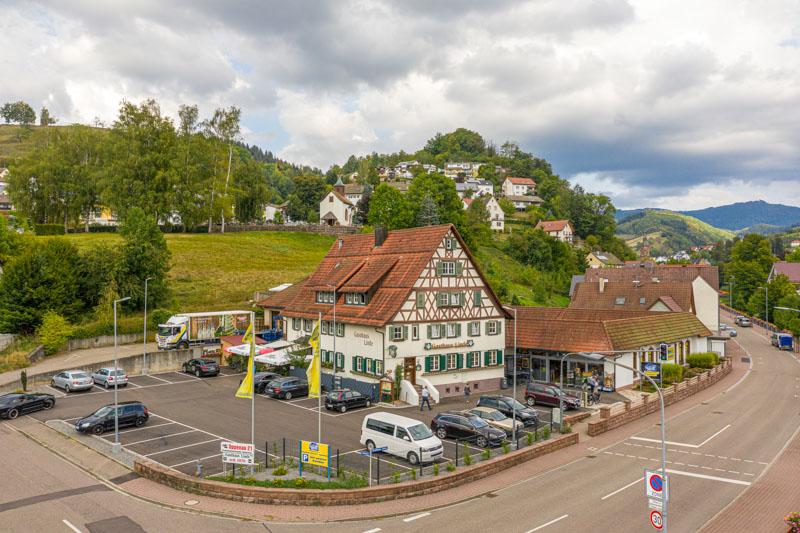 Luftaufnahme Markt und Parkplatz – Edeka Decker Oppenau