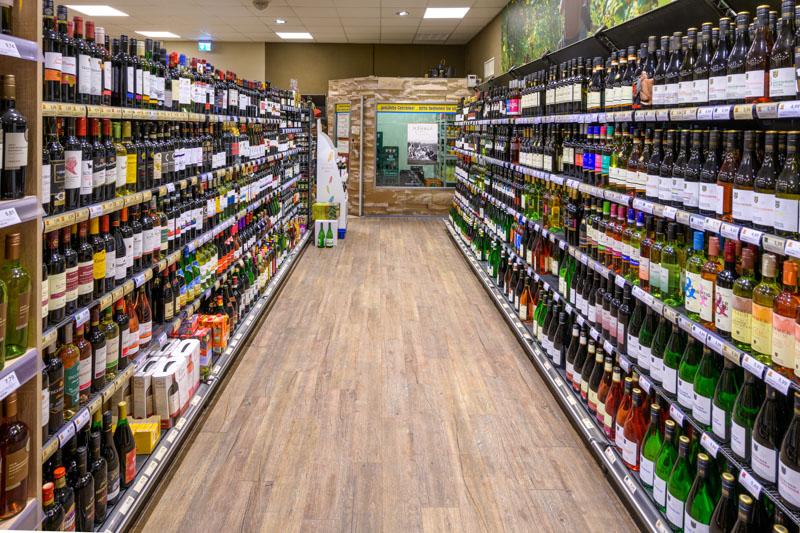 Getränkebereich Edeka Decker Zusenhofen mit vielen Produkten