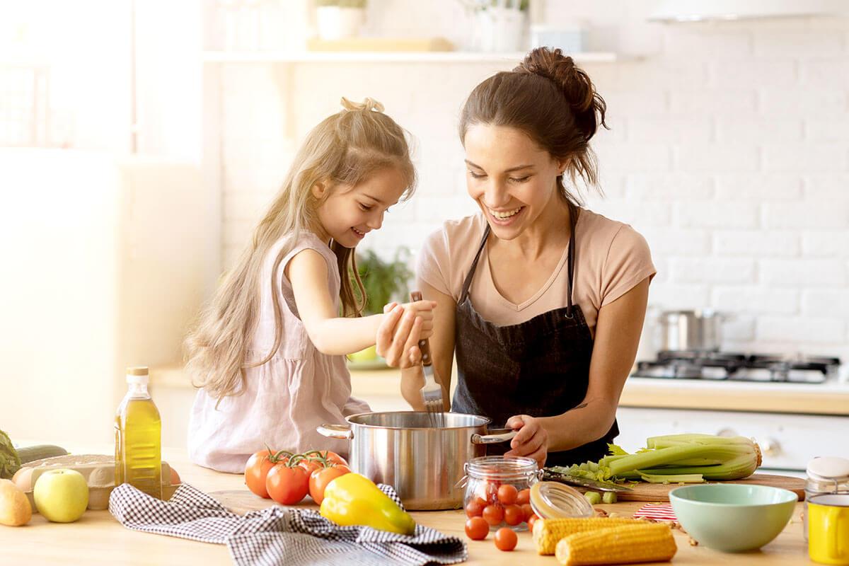 Mutter und Kind beim Kochen