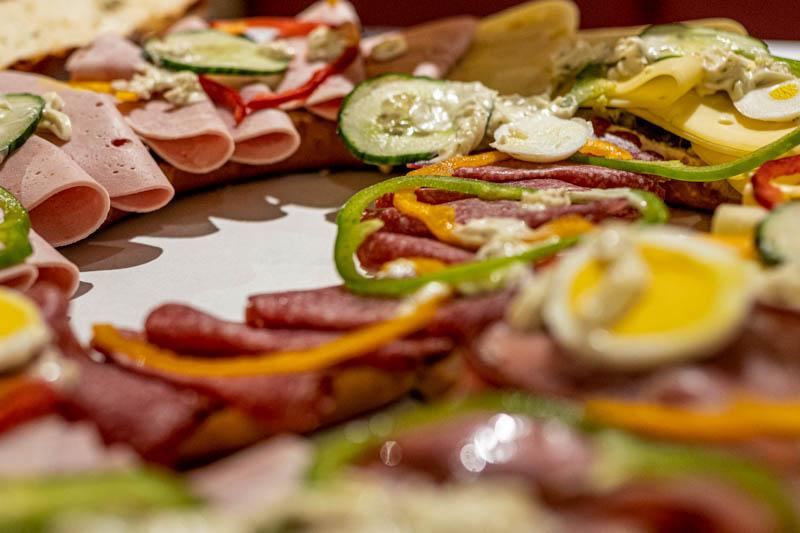 Leckere belegte Brezel mit Salami, Lyoner, Ei und Käse.